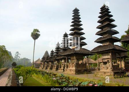 Bali-Hinduismus, groß, schlank, balinesischen Pagoden, Pura Taman Ayun Tempel, Wasser-Tempel, Mengwi, Bali, Indonesien, - Stockfoto