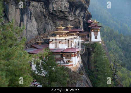 Tibetischen Buddhismus, des Tigers Nest Kloster auf dem Felsen stehen, Taktsang, in der Nähe von Paro, Bhutan, Südasien, Asien