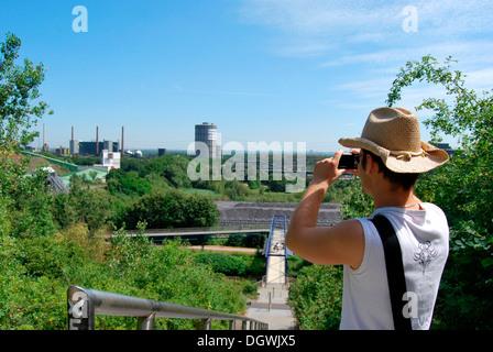 Touristen besuchen das Ruhrgebiet, junger Mann die Industrielandschaft mit einer Digitalkamera zu fotografieren - Stockfoto