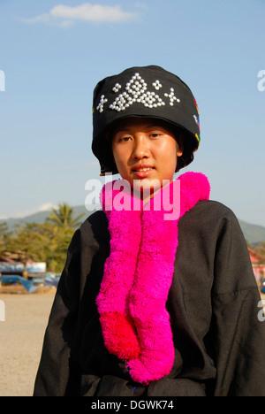 Porträt einer jungen Frau die Yao ethnischen Gruppe, Mien, in Tracht, traditionellen Hut, rosa Schal, Vang Vieng - Stockfoto