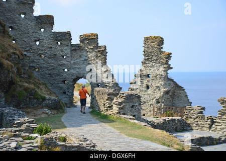 Ruinen von Tintagel Castle, (legendäre Geburtsort von König Arthur), Tintagel, Cornwall, England, Vereinigtes Königreich - Stockfoto