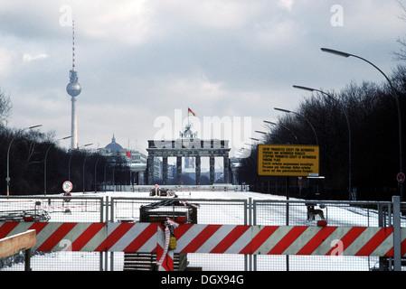 Brandenburger Tor mit der Berliner Mauer im Schnee, Berlin - Stockfoto