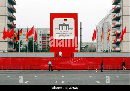 DDR, Stand für die Parade zum 25. Jahrestag des Baus der Berliner Mauer an der Karl-Marx-Allee Street, 1986, Berlin - Stockfoto