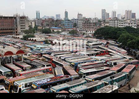 Dhaka, Bangladesch. 27 Okt, 2013. Busse sind auf einem geparkten - Bezirk Bus während einer landesweiten Streik - Stockfoto