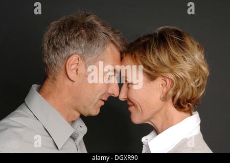 Paar, 35-45, von Angesicht zu Angesicht stehen - Stockfoto