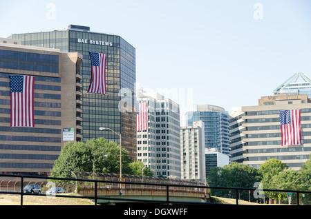 Rüstungsindustrie und andere Unternehmen mit Sitz in Rosslyn, Virginia, drapieren große Flaggen auf der Außenseite - Stockfoto