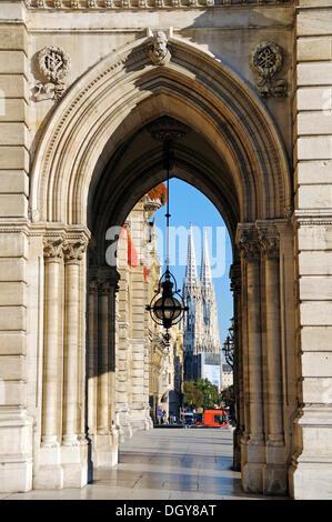 Blick durch einen Bogen des Rathauses in Richtung Votivkirche, Wien, Österreich, Europa - Stockfoto