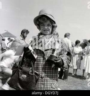 Junge mit CB-Funk gekleidet in der alten Frau Kleidung (PM Frau Thatcher), die Inhaber einer silbernen Schale für - Stockfoto