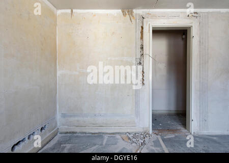 Vorbereitende Arbeiten an der Wand für die Installation von neuen ...