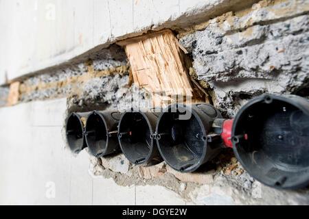 Vorbereitende Arbeiten an der Wand für neue Kabel-Kanäle und ...