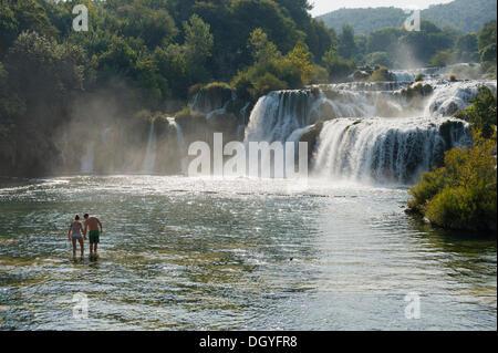 Paar steht vor Wasserfälle im Krka-Nationalpark, Skradin, Sibenik-Knin, Dalmatien, Kroatien, Europa - Stockfoto