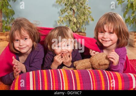 Mädchen, Zwillinge, sechs Jahre und drei-jährigen Mädchen in der Mitte - Stockfoto