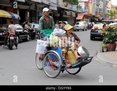 Paar auf einem Dreirad, Phnom Penh, Kambodscha, Südostasien, Asien - Stockfoto