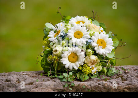 Brautstrauss Mit Ganseblumchen Stockfoto Bild 283605591 Alamy