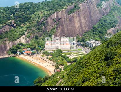 Rio De Janeiro, Luftaufnahme von Gebäuden in der Praça General Tiburcio in Brasilien am Strand - Stockfoto
