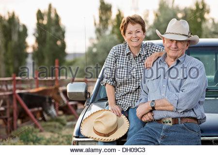Kaukasische Viehzüchter gegen LKW sitzen - Stockfoto