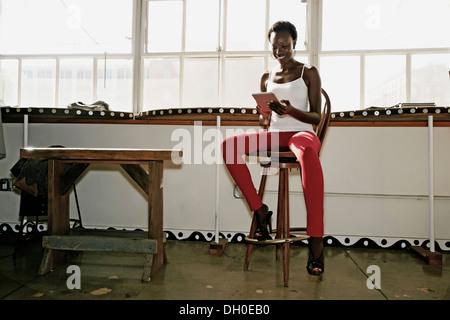 Schwarze Frau mit digital-Tablette - Stockfoto