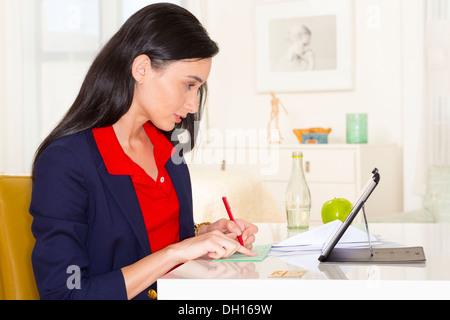 Gemischte Rassen Geschäftsfrau arbeiten am Schreibtisch - Stockfoto