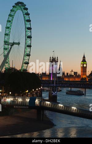 Sonnenuntergang über den Fluss Themse in London, UK. Zeigt das London Eye (Millennium Wheel) und den Houses of Parliament - Stockfoto