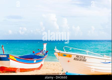traditionell bemalten Fischerboote am Strand von Armacao de Pera, Algarve, portugal - Stockfoto
