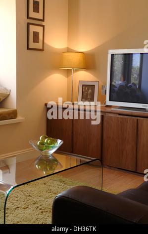 Wohnzimmer Mit Ledersofa Und Sessel Couchtisch Aus Glas Eine Lampe Cremefarbene Wolldecke