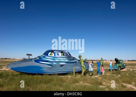 Straßenrand anzeigen Darstellung ein UFO, Aliens und Menschen vor Ort begrüßen sie außerhalb von Roswell, New Mexico. - Stockfoto
