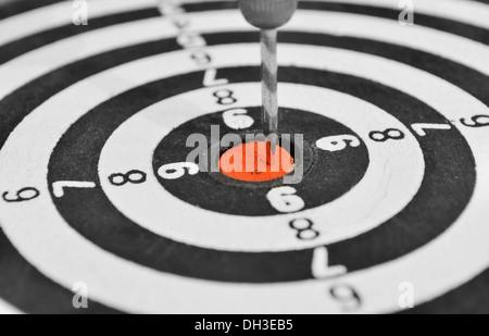 Leistung - ein Pfeil in der Mitte eines Ziels - Stockfoto