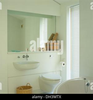 ... Spiegel Und Regal Mit Hölzernen Stößel über Wand Montiert, Waschbecken  Und Toilette Im Modernen Weißen