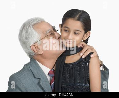 Nahaufnahme eines älteren Mannes küssen seine Enkelin - Stockfoto