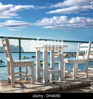 holzst hle und tisch auf bar im freien stockfoto bild. Black Bedroom Furniture Sets. Home Design Ideas