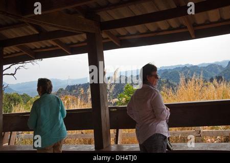 Horizontale Ansicht von Touristen genießen den Blick auf das malerische Kalkstein Karst Der phou Hin Boon National - Stockfoto