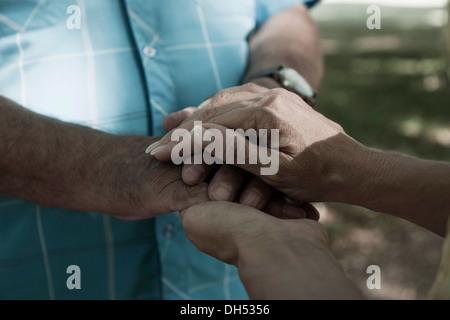 Ein Mann und eine Frau einander Händchenhalten - Stockfoto