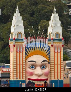 Kultige bemaltem Gesicht und Säulen am Eingang zum Luna Park Vergnügungspark neben Hafen in Sydney NSW, Australien - Stockfoto
