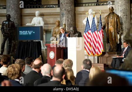 US-Außenminister John Kerry liefert Bemerkungen bei der Einweihung einer Büste von Winston Churchill auf das Kapitol in Washington, D.C., 30. Oktober 2013. Die Büste ist gemäß House Resolution 497, platziert wird, das von Haus Lautsprecher Joh verfasst wurde