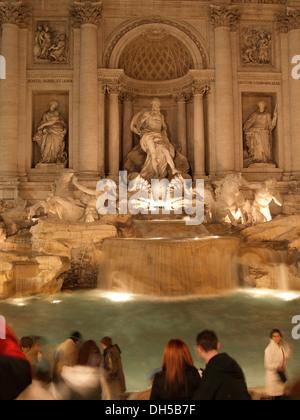 Beleuchtete Trevi-Brunnen bei Nacht, Fontana di Trevi, Rom, Italien Europa - Stockfoto