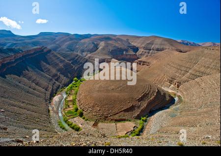 Canyon-artigen Dades Tal, Böschung Landschaft, kleine Berber-Oase auf der Fluss Banken, obere Dades-Tal, hoher Atlas - Stockfoto