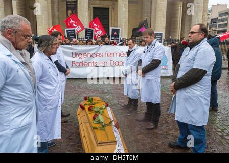Paris, Frankreich, französische Gesundheitsarbeiter und AIDS-Aktivisten protestieren gegen die Schließung eines Pariser Hos-pitals, der Hô-tel-Dieu-Kasket, Act up-Paris, Holding Signs, Protest der Gesundheitsarbeiter