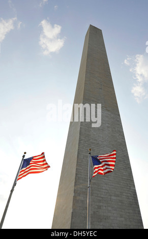 US-Flaggen vor Washington National Monument, Obelisk, Washington D.C., District Of Columbia, Vereinigte Staaten - Stockfoto