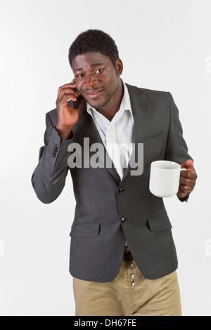 Junger schwarzer Mann mit einem Mobiltelefon - Stockfoto
