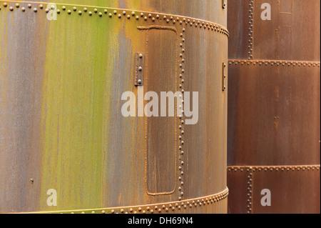 Genieteten rostigen Stahl Container, Stahlwerken, Bergbau - Stockfoto
