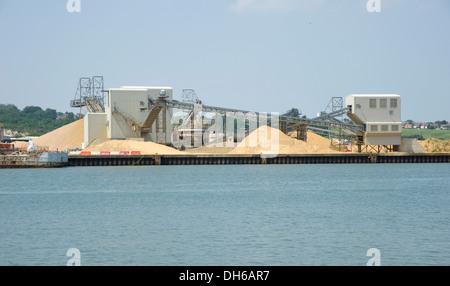 Eine industrielle Kieswerk. Lagerung von Sand und Kies, mit Förderbändern in einer industriellen Umgebung durch - Stockfoto