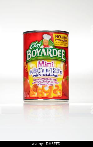 Ungeöffnete Dose der Chef Boyardee Mini ABC & 123 Spaghetti-Nudeln mit Tomaten-sauce ein Frikadellen auf weißem - Stockfoto