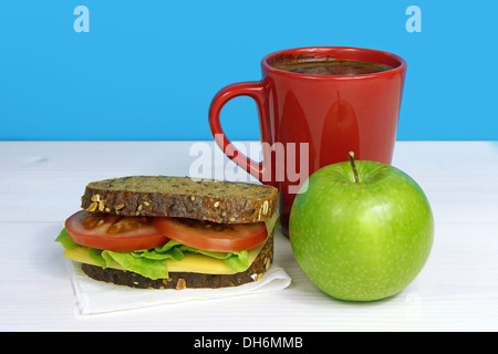 gesundes Mittagessen-Sandwich, grünem Apfel und rote Tasse Kaffee - Stockfoto