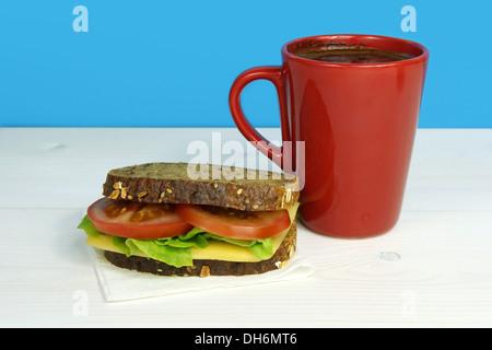 vegetarisches Sandwich Wit Kaffee in rote Tasse - Stockfoto