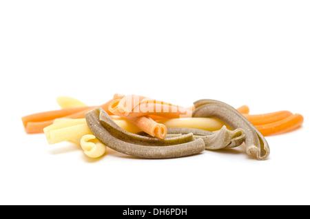 Haufen von Strozzapreti Pasta in gelb, Orange und grün - Stockfoto