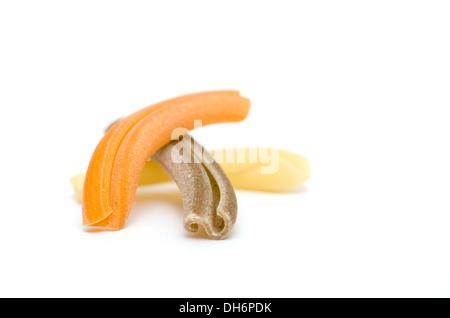 Gelb, Braun eine orange Pasta Strozzapreti auf weißem Hintergrund - Stockfoto