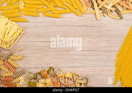 Verschiedene italienische Pasta mit Text Platz auf einem Holzbrett - Stockfoto