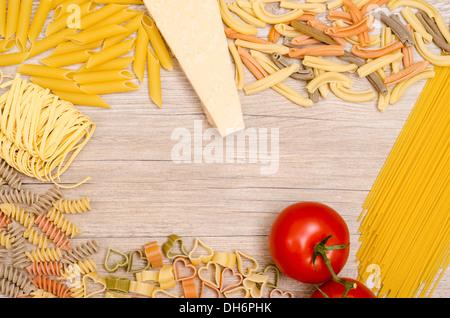 Italienische Pasta mit Tomaten und Parmesan-Käse auf Holztisch - Stockfoto