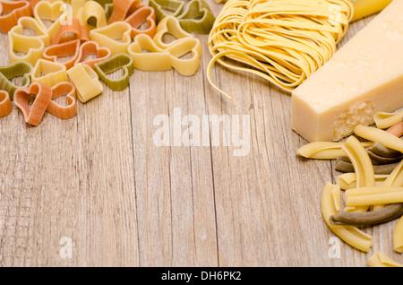 Pasta-Nudeln und Parmesan mit Text Platz für Werbung auf Holzbrett - Stockfoto