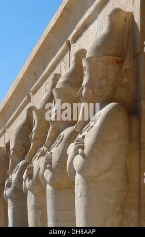 architektonische Details von der Leichenhalle Tempel der Hatschepsut in Ägypten mit Stein Skulpturen in Folge - Stockfoto